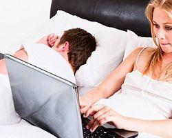 İŞKOLİK EŞLE nasıl basa çıkılır?Yemekte sürekli maillerine bakar, evde telefonla konuşur, yatakta bile iş düşünür. Bir işkolikle evli olmak hiç de kolay değildir. Ama ona bir eş ve anne/baba olarak rolleri olduğunu hatırlatmak mümkün.