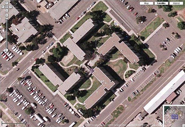 8. Bu binayı inşa edenler, birilerinin havadan fotoğraf çekebileceğini, anlaşılan hiç düşünmemişler.