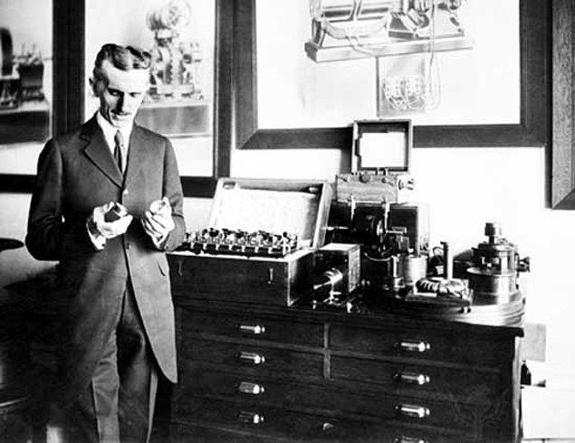 21. Elektron altı yükleri olan parçacıkların varlığını ortaya koyan deneylerden bahsetmişti, 1977'de bilim adamları nihayet keşfetti: Kuarklar.