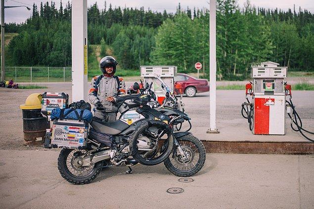 28. ''Diğer motorcularla karşılaştık. Bolivya'dan gelen bu adam gibi. Bazı insanlar Amerika'nın yukarısından, aşağıya yolculuk ediyor.''
