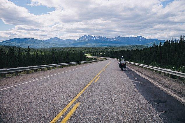 30. ''Yukon'daki Alaska otoyolunda, yola koyulduk. Yolun gittiği yere kadar manzarayı harika bulduk.''