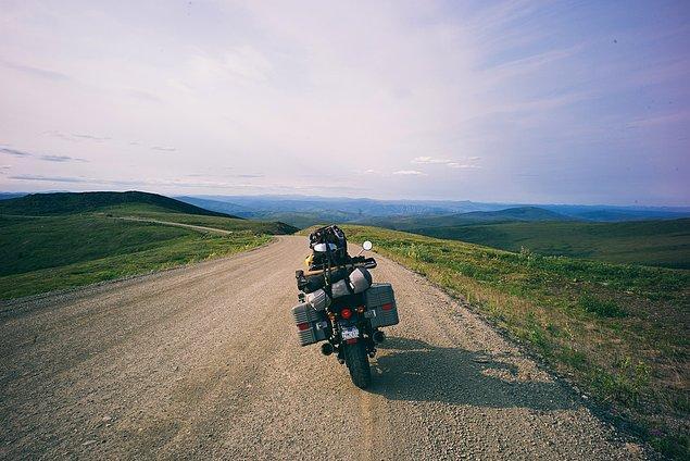 41. ''Feribottan sonra dünyanın en yukarısındaki çamurlu kara yolunda uzunca yol alıyorsunuz.''