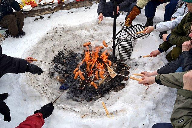 18. Çünkü kar üzerinde yakılmış ateşte pişen bir sosisten daha lezzetlisini bulamazsınız.