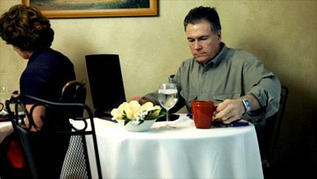 3. 15. yıldönümümüz, tek kişilik masa lütfen.