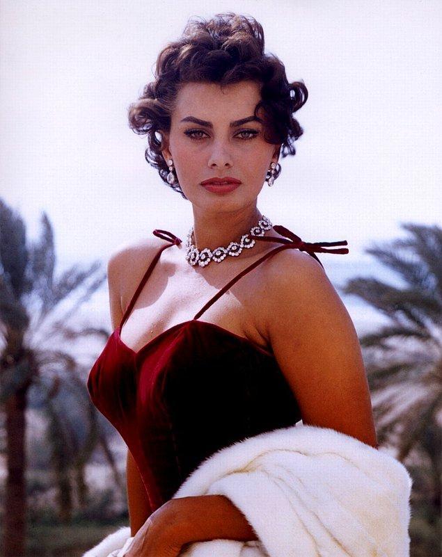 32. Oscar, Grammy ve Golden Globe ödüllerini kazanan tek kadın oyuncu Sophia Loren.
