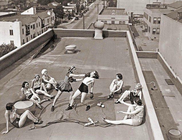 41. Los Angeles'da bir çatıda boks yapan kadınlar, 1933.