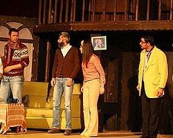Komiser Cinayettin' adlı tiyatro oyunu seyirciden büyük beğeni topluyor.