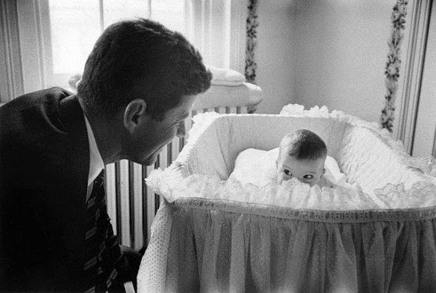 9- Amerika Birleşik Devletleri Başkanı John F. Kennedy ve kızı Caroline, 1958.