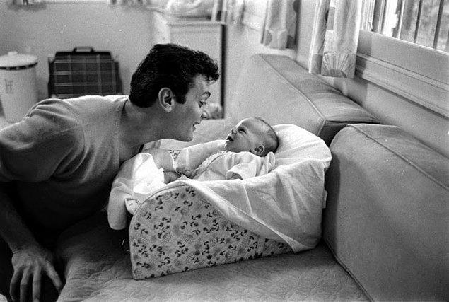 20- Aktör ve ressam Tony Curtis ve kızı Jamie Lee, 1959.