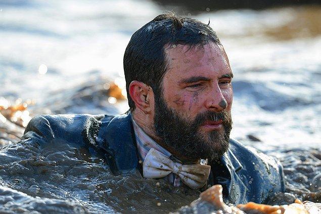1. Yarışmacı suyun içinden yürüyerek geçiyor. 1 Şubat, Güney Perton Çiftliği, Telford, İngiltere.