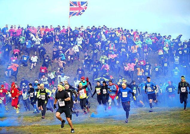 2. Yarışmacılar tepeden aşağıya doğru koşuyorlar. Bu sefer Wolverhampton, İngiltere'de
