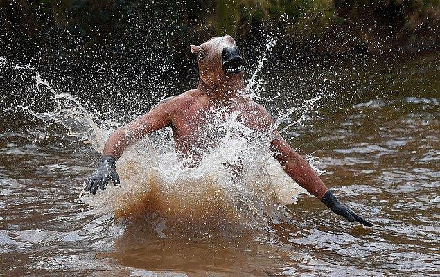 6. ''At kafalı'' bir yarışmacı suya atlarken.