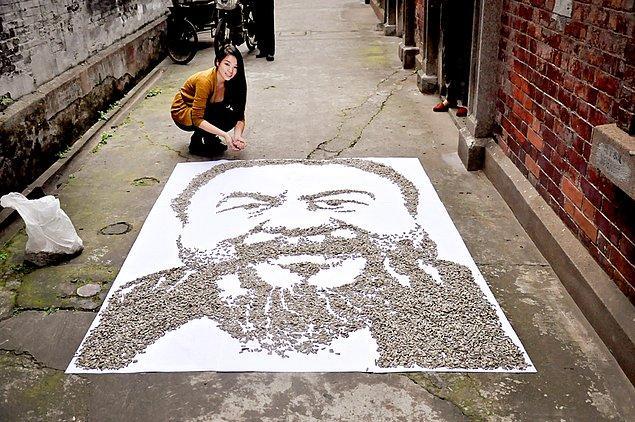 2. Çinli heykel sanatçısı Ai Weiwe'nin çekirdekten yapılmış potresi