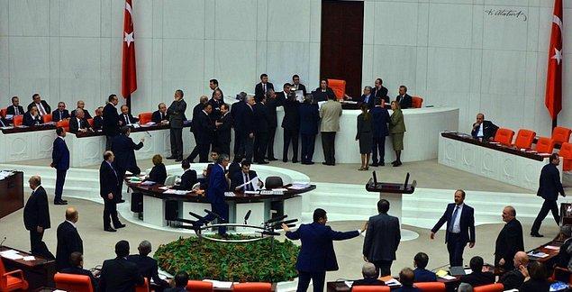 HDP Grup Başkanvekili Pervin Buldan'ın İç güvenlik paketiyle ilgili bazı değişiklikler yapılacağına ilişkin açıklaması gözleri AKP kanadına çevirdi.