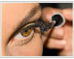 8- Göz kapaklarına bulaşmış rimel.