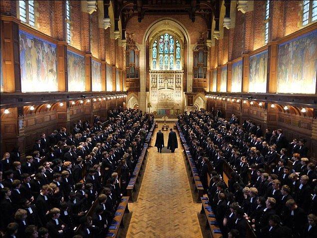 Belli bir yaşın üstü öğrenciler izin alarak Londra'ya gidebiliyor, Hogsmeade kadar havalı olmasa da bu da bişeydir.