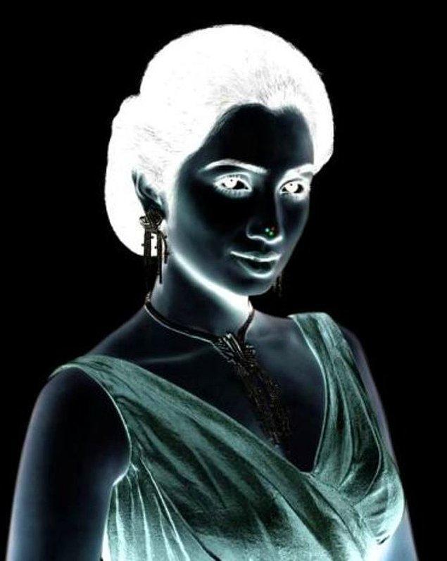 23. Hanımefendinin burnuna 10 saniye odaklanın sonra beyaz bir yüzeye kafanızı çevirip sürekli gözlerinin kırpın, kadının yüzü renkli bir şekilde ortaya çıkacaktır.