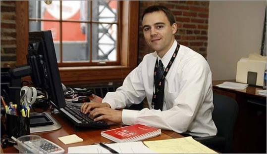 парни в офисе фото