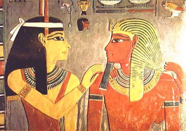 14. Tutankhaton'un ölümünden sonra Horemheb'in tahta çıkması, ilk iddiayı bir adım daha öne çıkarmaktadır.