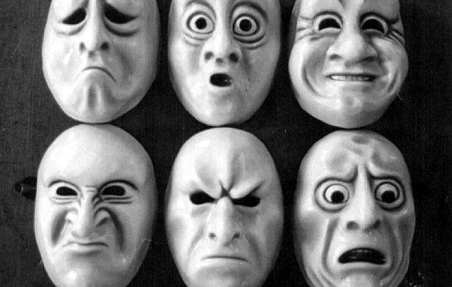 Farklı coğrafyalarda yaşayıp farklı dilleri konuşsa da, yeryüzünde yaşayan tüm insanlar şu 6 duygu için aynı yüz ifadesi ve mimikleri kullanıyor: mutluluk, öfke, üzüntü, korku, şaşırma ve iğrenme.