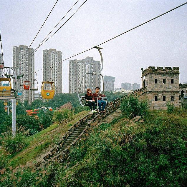 """12. """"Çongçing belki eşsiz manzarası ve tarihi ile aşırı bir örnektir ama bu Çin'de yaşananların mükemmel bir temsilidir."""""""