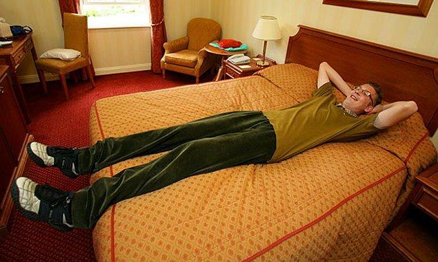 11. Yatağınız çift kişilik olsa bile mutlaka şikayet eder...