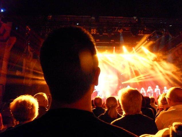 12. Birlikte gittiğiniz konserlerde diğer uzun boylularla arka sıralarda yer alırsınız.
