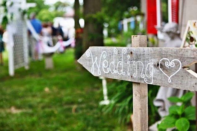 4. Düğününüz için yaratıcı süsler bulmakta geciktiniz mi? Bu tahta üzerine not yazma fikri işinizi görebilir.