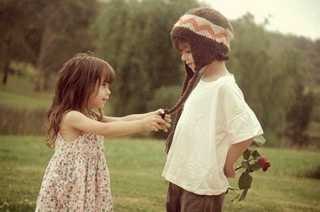 8. Küçücük kalpleriyle sevip, gözlerinde büyüttükleri insanla bir rüyayı gerçekleştirdiklerinin farkına varıp mutlu olurlar.