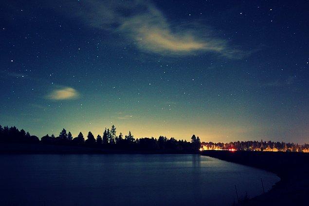 """2. """"Gökyüzü biraz daha karanlıklaştı, mavi üstüne mavi, her saniye biraz daha mavi ve daha derin, çok daha derin gölgeleri gecenin..."""""""