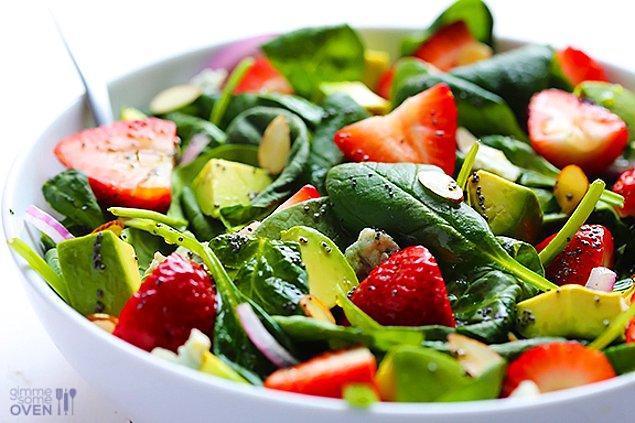 13. Patates salatası yerine çilekli ıspanak salatası