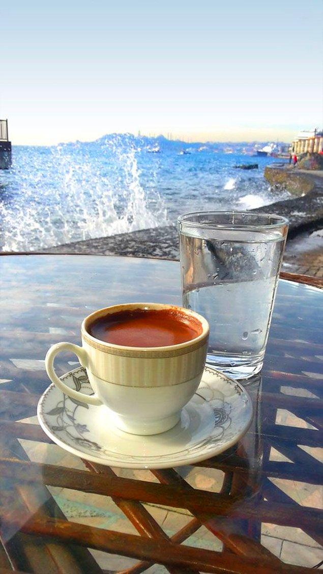 8. Eskiden kahvenin yanında suyun verilme sebebi misafir ilk kahveyi tercih ediyorsa tok suyu tercih ediyorsa aç olduğu anlaşılır ve buna göre sofra kurulmasıydı.