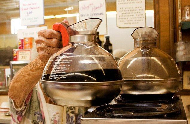 16. Eğer siz de kahve içtiğinizi sanıyorsanız yanılıyorsunuz, Amerikalılar kahveyi emiyor.