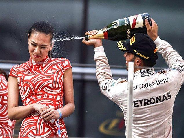 1. Hostesin Lewis Hamilton kadar eğlendiğini kim iddia edebilir ki?