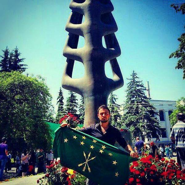 Ferdane Kılıç'ın oğlu Nartan Kılıç elinde Çerkes(Adıge) bayrağıyla