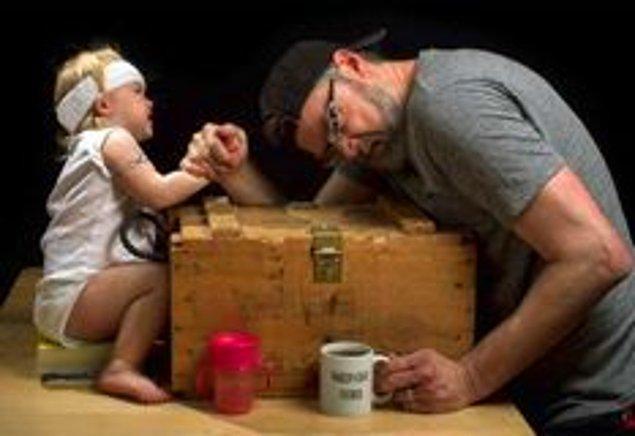 18. Kızıyla bilek güreşine tutuşan baba.