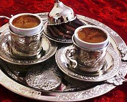 Hemen hemen her gün içtiğimiz kahvenin, yaklaşık 600 yıllık acı tatlı uzun bir geçmişi var. Kahvenin Habeşistan'da (Etiyopya) başlayan, Yemen, Mekke, Kahire, Şam'dan sonra İstanbul'a, İstanbul'dan da Avrupa ve dünyanın dört bir tarafına yayılmasının öyküsünü sizler için araştırdık.