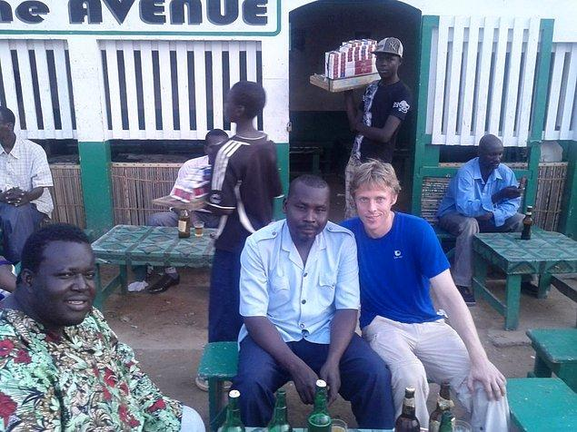 Gunnar Çad'ın başkenti N'Djamena'da bira keyfi yaparken.