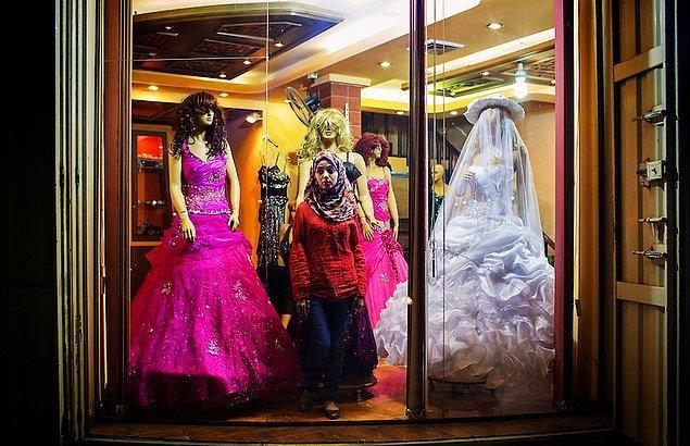 10. Gelinlik alışverişine giden Gazzeli kadın