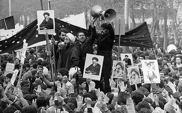 İran'da 1979 yılında gerçekleşen İslam Devrimi'nden bu yana kadınlar halka açık yerlerde başörtüsü takmak zorundalar.