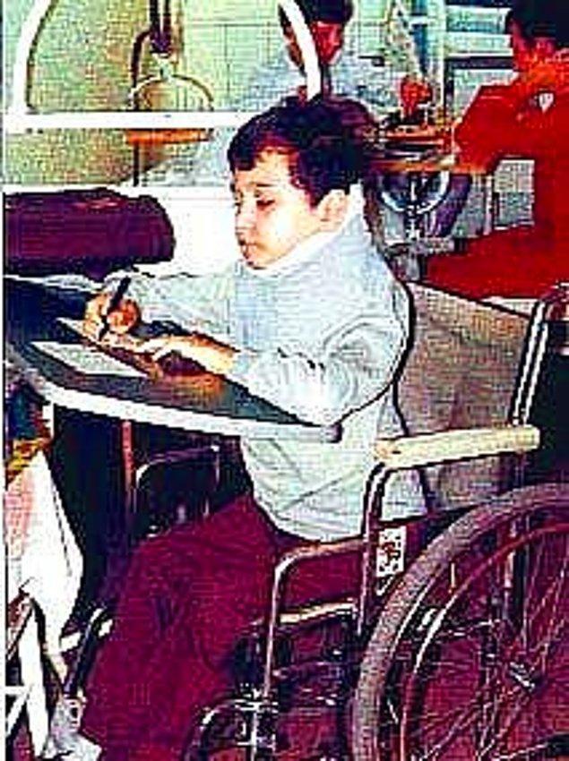 4. Neyse ki bir süre sonra ailesi de Almanya'ya yerleşti. Uzun tedavisi sonunda yürüyemeyecek, ama ellerini kollarını oynatabilir hale gelecekti.