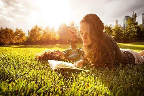 çimlerde kitap okuyanlar ile ilgili görsel sonucu
