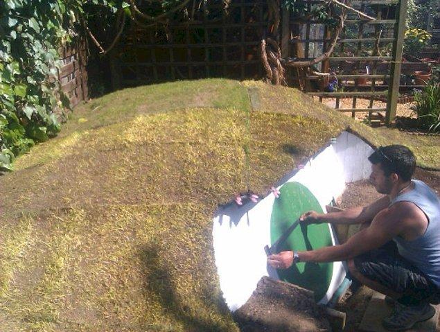 Evin çatısını da hazır çimlerle kaplayan Ashley çimlere uyum sağlayan yeşil renkli kapısını takıyor.