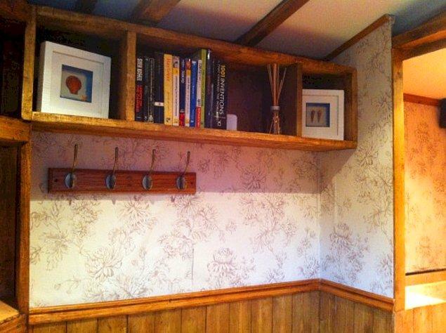 Duvarların bir kısmı duvar kağıtlarıyla kaplanmış.