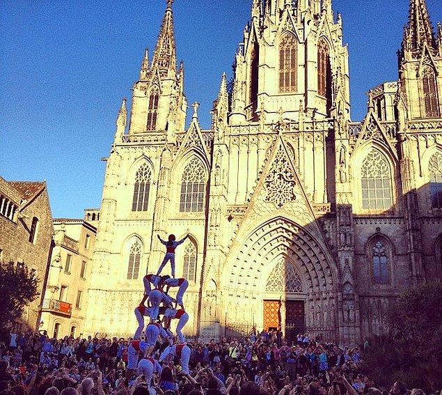 13. Her Pazar günü katedralin önünde birbirinden ilginç ve eğlenceli etkinliklerle karşılaşabilirsiniz.