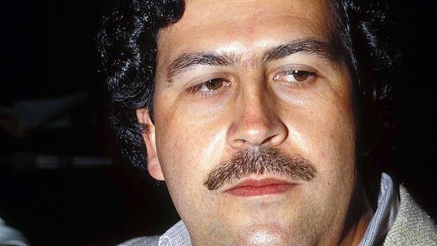 Kötü ününe rağmen, Escobar, Kolombiya'daki fakirlere yardım için bir kuruluş kurdu. Hastanelere ve kiliselere yardım yaptı, futbol stadyumları ve parklar inşa etti.