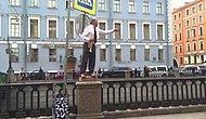 Rusya St. Petersburg'da Tüyleri Diken Diken Yapan Sokak Sanatçısı