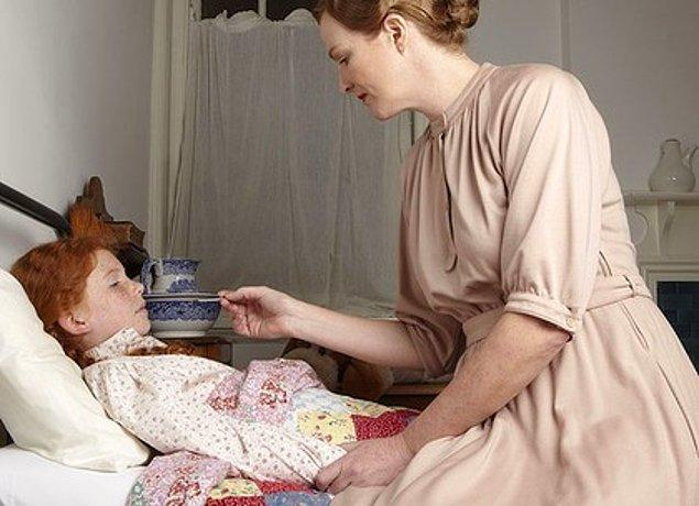Çocuğunu kaybetmemek için sabah aksam hastanede kalıp canla başla çalışan anne rolüyle çevresinde acınan ama saygı duyulan bir kişi profili oluşturulur.