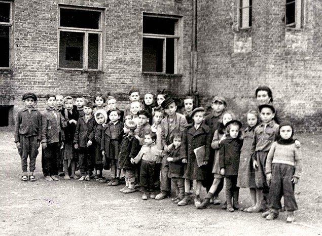 Böylece Sendler; 25 kişilik ekibiyle birlikte, 1940 ve 1943 yılları arasında 2500 çocuğu gettodan çıkarmayı, yani hayatlarını kurtarmayı başarır. Nasıl mı? Anlatalım..