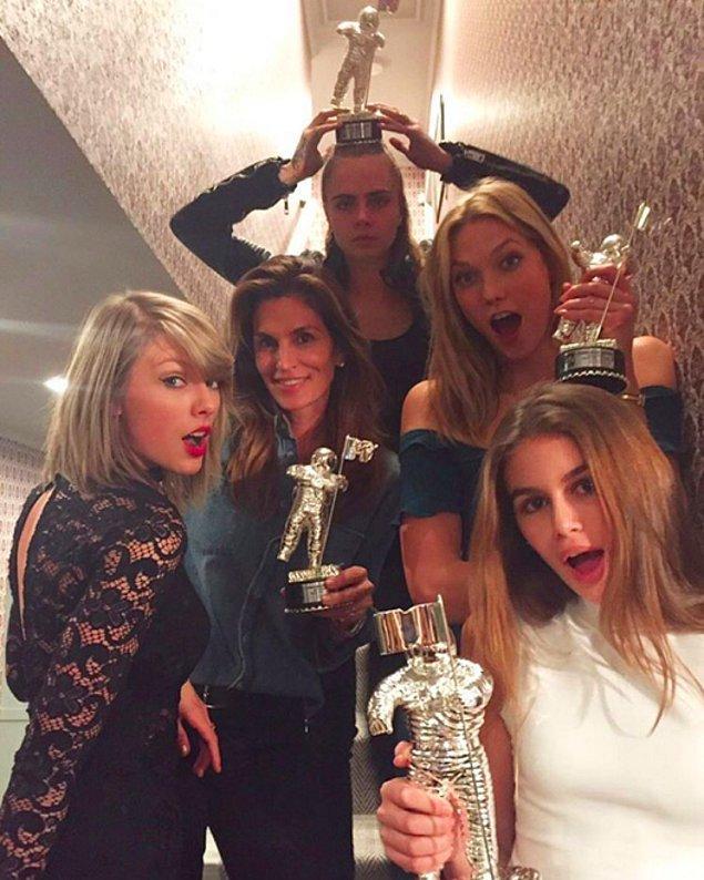 Синди Кроуфорд и ее знаменитые друзья получили награды.